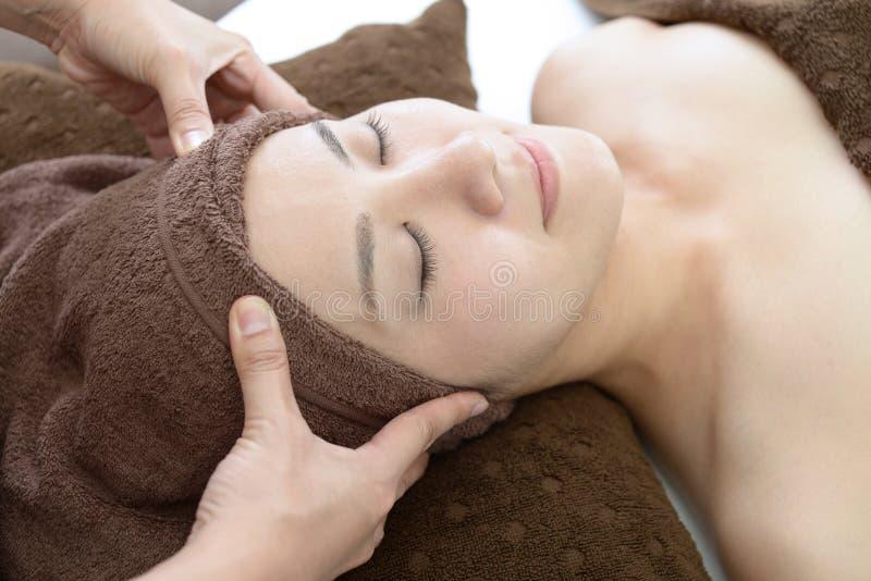 Mujer hermosa que recibe masaje fotografía de archivo