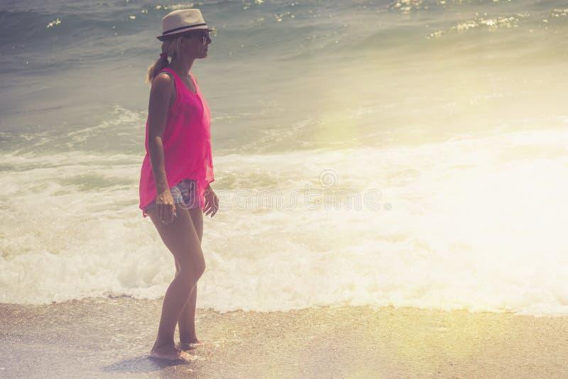 Mujer hermosa que recorre en la playa Mujer relajada que respira el aire fresco, mujer sensual emocional cerca del mar, disfrutan imágenes de archivo libres de regalías