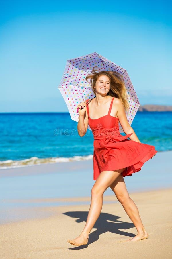 Mujer hermosa que recorre en la playa tropical fotos de archivo libres de regalías