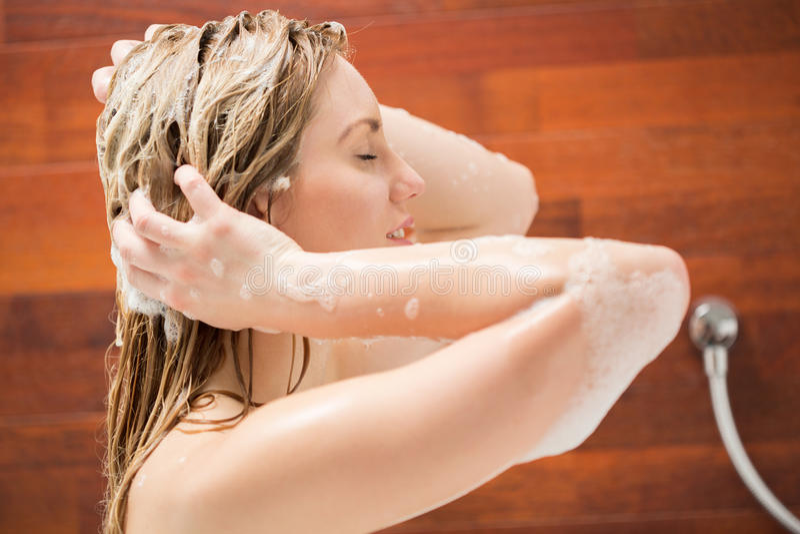 Mujer hermosa que se lava el pelo imagen de archivo libre de regalías