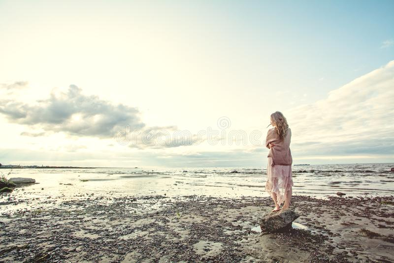 Mujer hermosa que se relaja en la costa del océano, retrato romántico imágenes de archivo libres de regalías