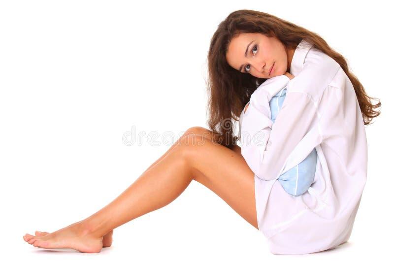 Mujer hermosa que se sienta con la almohadilla fotos de archivo libres de regalías