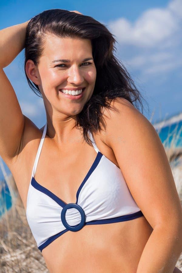 Download Mujer Hermosa Que Se Sienta En La Arena De Oro De La Playa Foto de archivo - Imagen de despreocupado, sano: 41911296