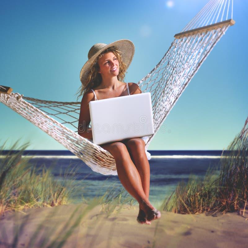 Mujer hermosa que se sienta en una hamaca por el concepto de la playa foto de archivo libre de regalías