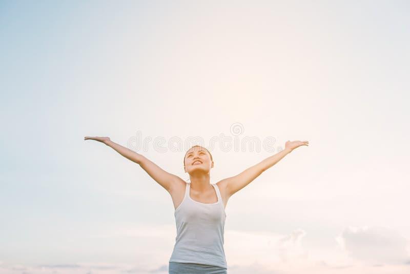Mujer hermosa que siente libremente en un ajuste natural hermoso imagen de archivo libre de regalías
