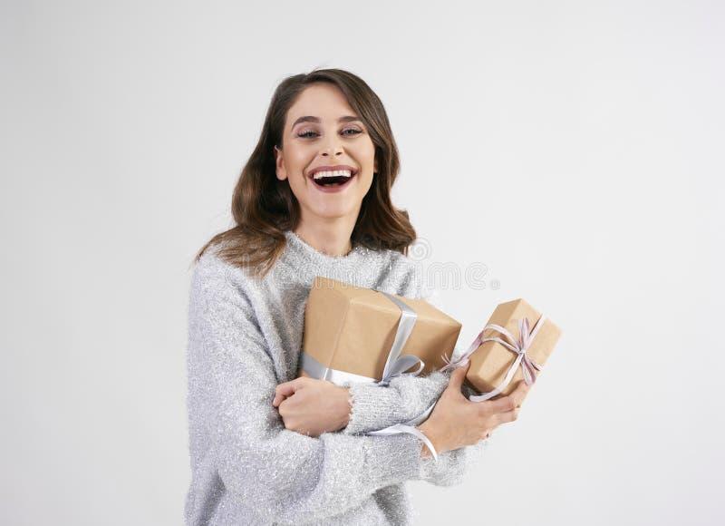 Mujer hermosa que sostiene dos regalos en tiro del estudio imágenes de archivo libres de regalías