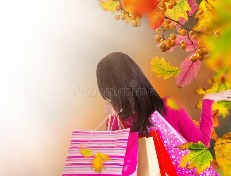 Mujer hermosa que sostiene los panieres, comprando en la estación del otoño imagenes de archivo