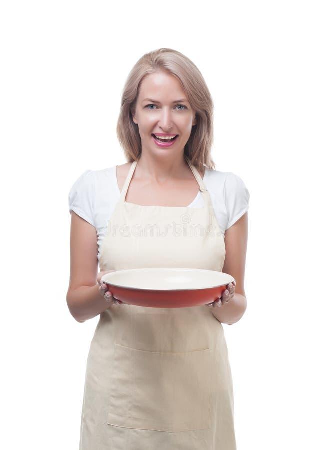 Mujer hermosa que sostiene un plato para una comida deliciosa imagenes de archivo