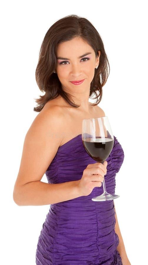 Mujer hermosa que sostiene un vidrio de vino fotografía de archivo libre de regalías