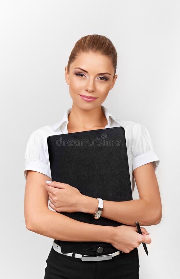 Mujer hermosa que sostiene una carpeta con los documentos y la pluma Mujer de negocios - 2 fotos de archivo libres de regalías
