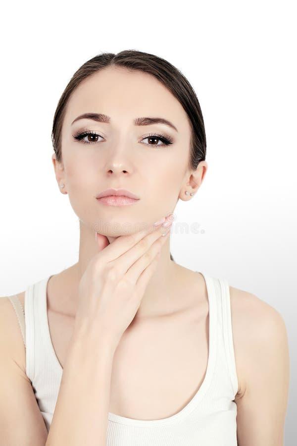 Mujer hermosa que sufre de dolor en problemas de salud del pecho imagen de archivo