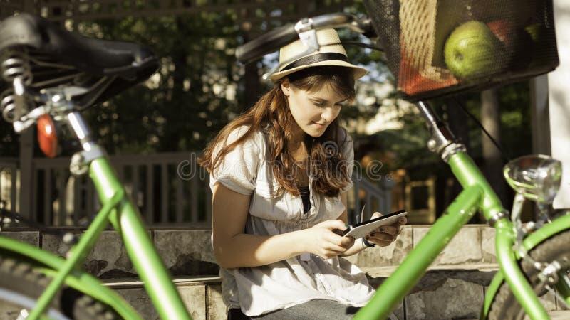 Mujer hermosa que usa la tableta digital fotografía de archivo