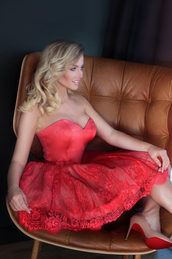 Mujer hermosa rubia que lleva el vestido de moda fotografía de archivo libre de regalías
