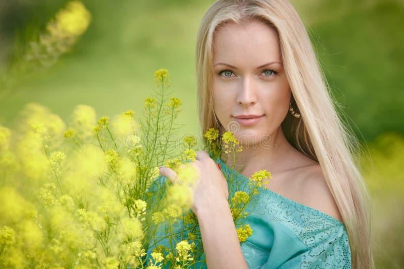 Mujer hermosa sobre fondo de la naturaleza fotos de archivo