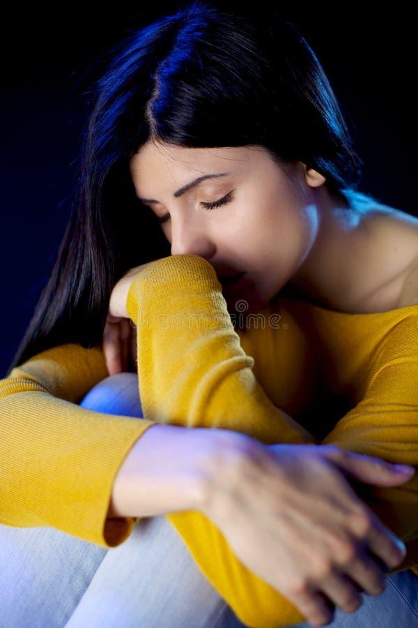 Mujer hermosa sola deprimida con los ojos cerrados fotografía de archivo