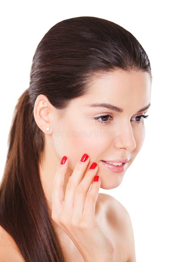 Mujer hermosa sonriente con la presentación roja de la manicura imagenes de archivo