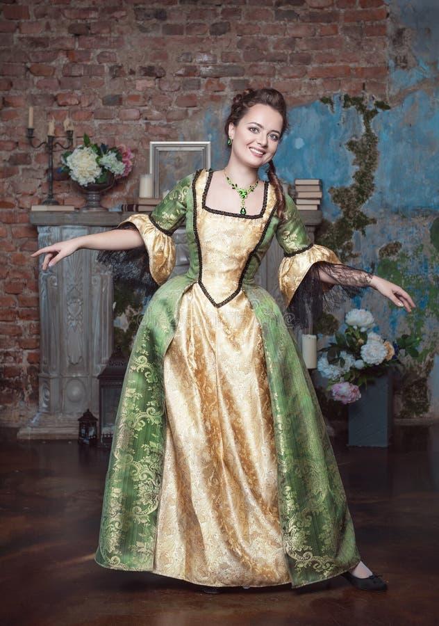 Mujer hermosa sonriente en danza medieval del vestido fotografía de archivo