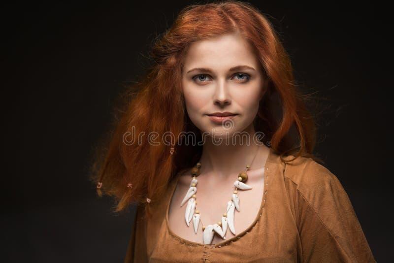 Mujer hermosa vestida como Amazonas imágenes de archivo libres de regalías