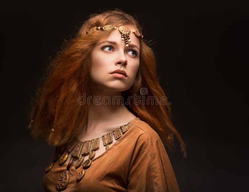 Mujer hermosa vestida como Amazonas foto de archivo libre de regalías