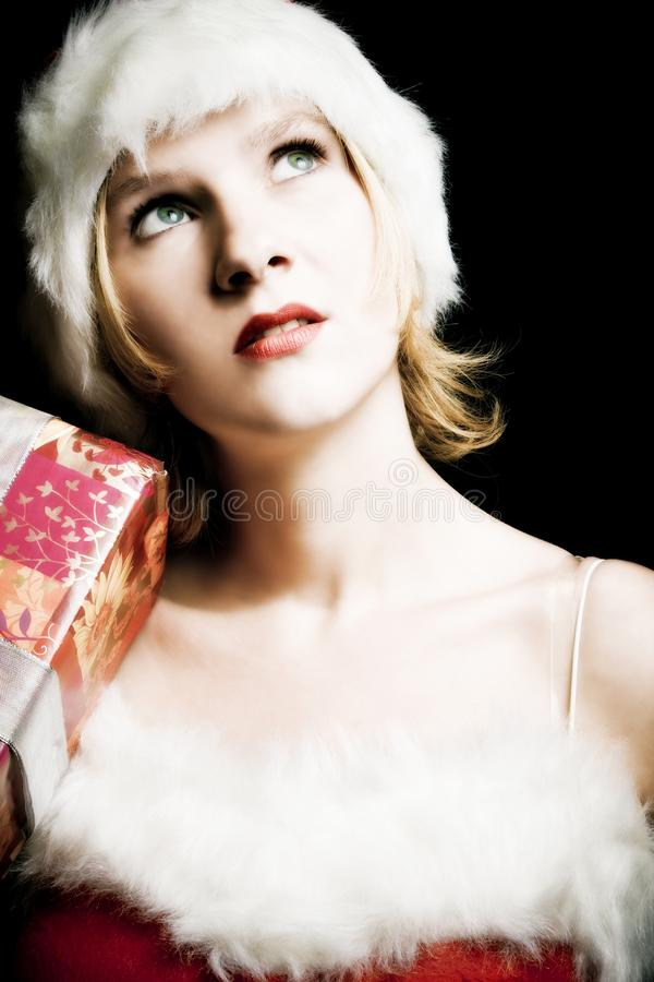 Mujer hermosa vestida encima como de Santa Claus imagen de archivo