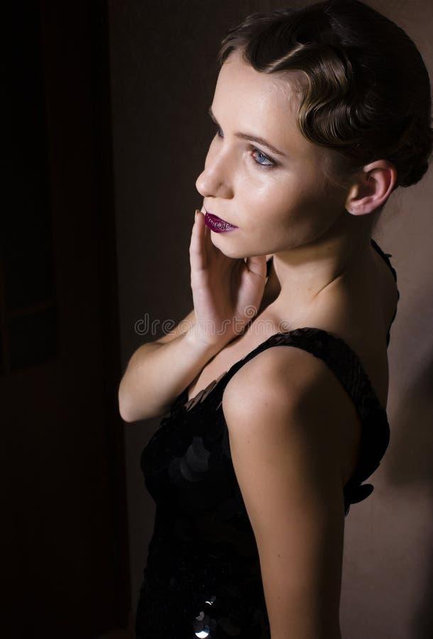Mujer hermosa vestida y cabelluda en estilo retro imágenes de archivo libres de regalías