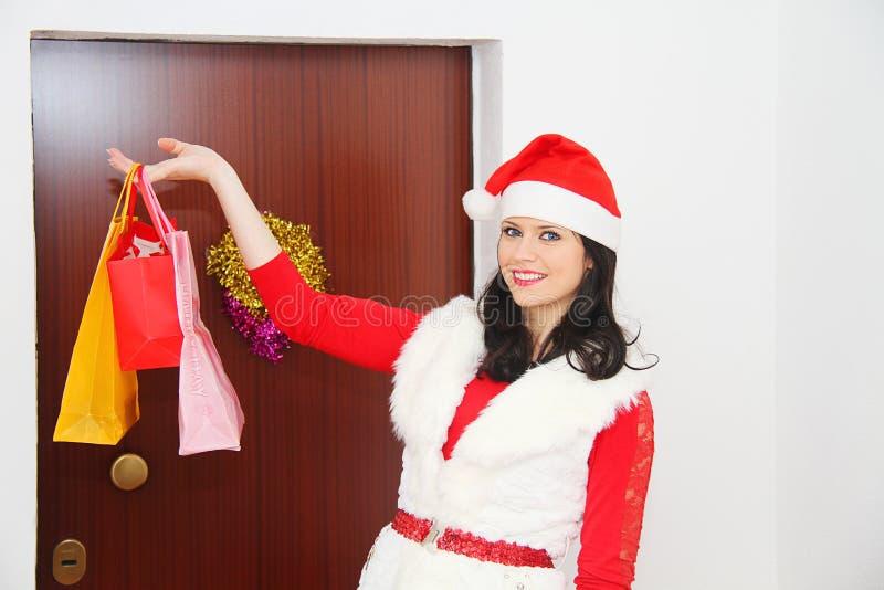 Mujer hermosa y atractiva que lleva el traje de Papá Noel imagenes de archivo