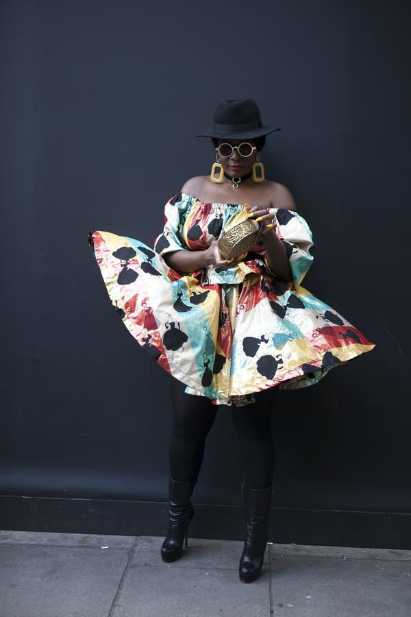 Download Mujer Hermosa Y Elegante Que Presenta Durante La Semana De La Moda De Londres Fotografía editorial - Imagen de durante, inglaterra: 100531322