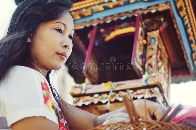 Mujer hindú hermosa durante ceremonia del Balinese fotos de archivo libres de regalías