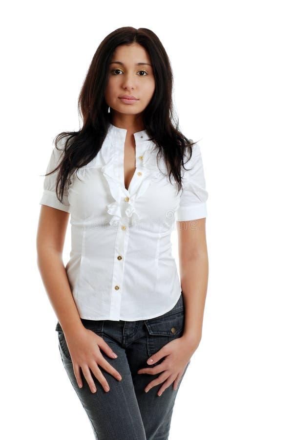 Mujer hispánica atractiva joven con superior blanco aislada foto de archivo