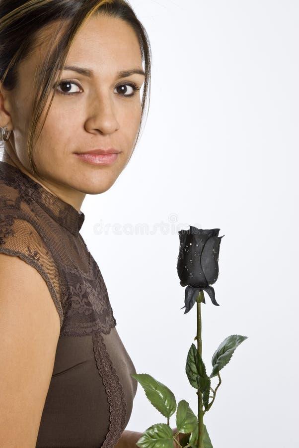 Mujer hispánica con Rose negra fotografía de archivo