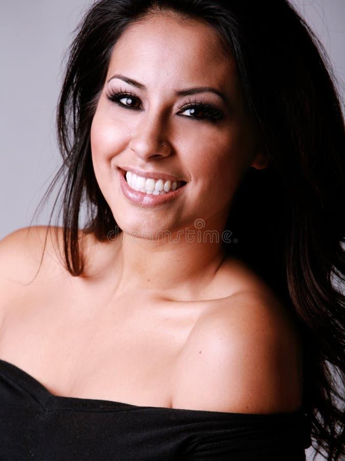 Mujer hispánica feliz imagenes de archivo