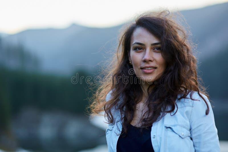 Mujer hispánica hermosa al aire libre imagen de archivo libre de regalías