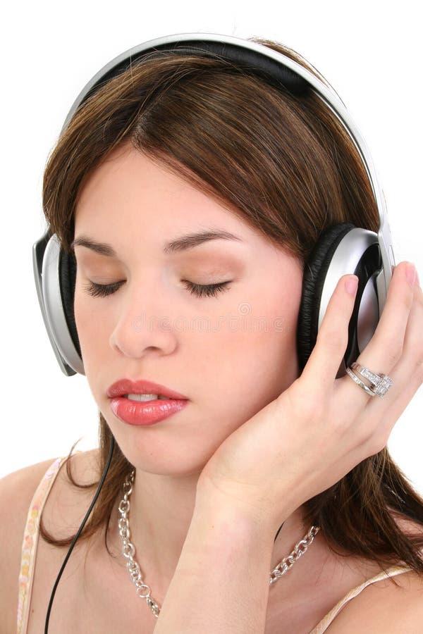 Mujer hispánica joven hermosa que disfruta de música fotos de archivo libres de regalías