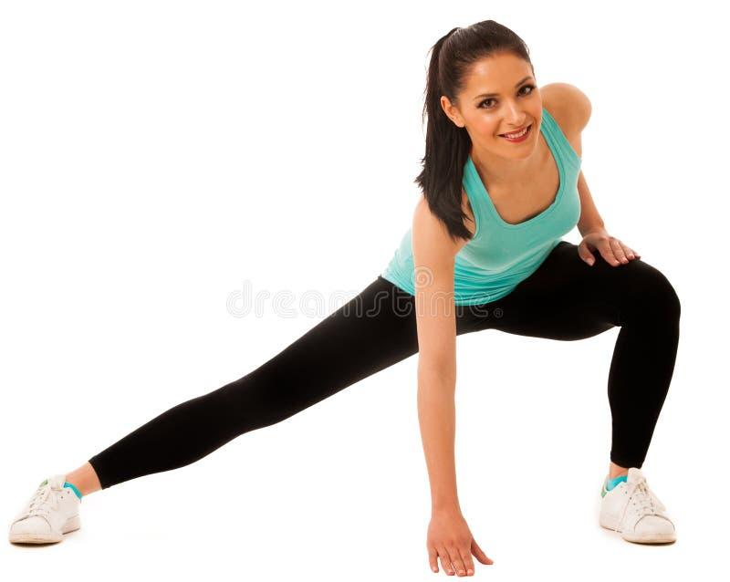 Mujer hispánica joven hermosa que hace ejercicio de la estocada en la aptitud g fotografía de archivo libre de regalías