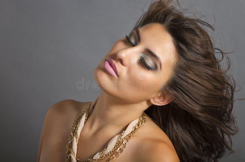 Mujer hispánica joven ventosa hermosa foto de archivo libre de regalías