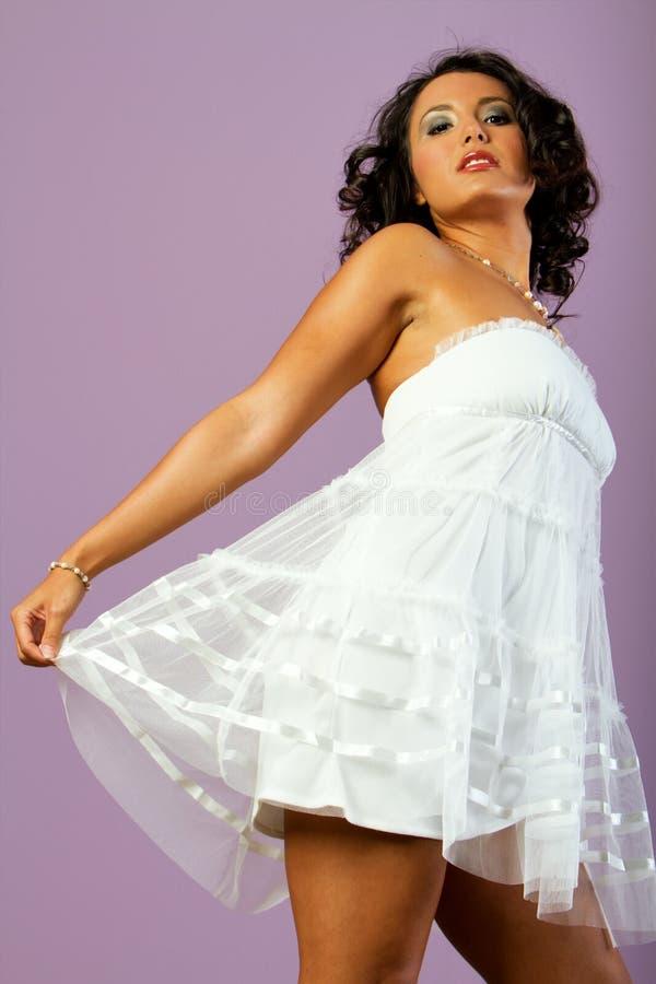 Mujer hispánica magnífica con la alineada blanca imagen de archivo
