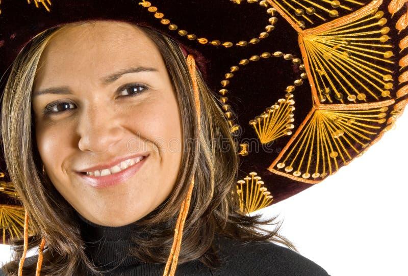Mujer hispánica que desgasta un sombrero fotografía de archivo