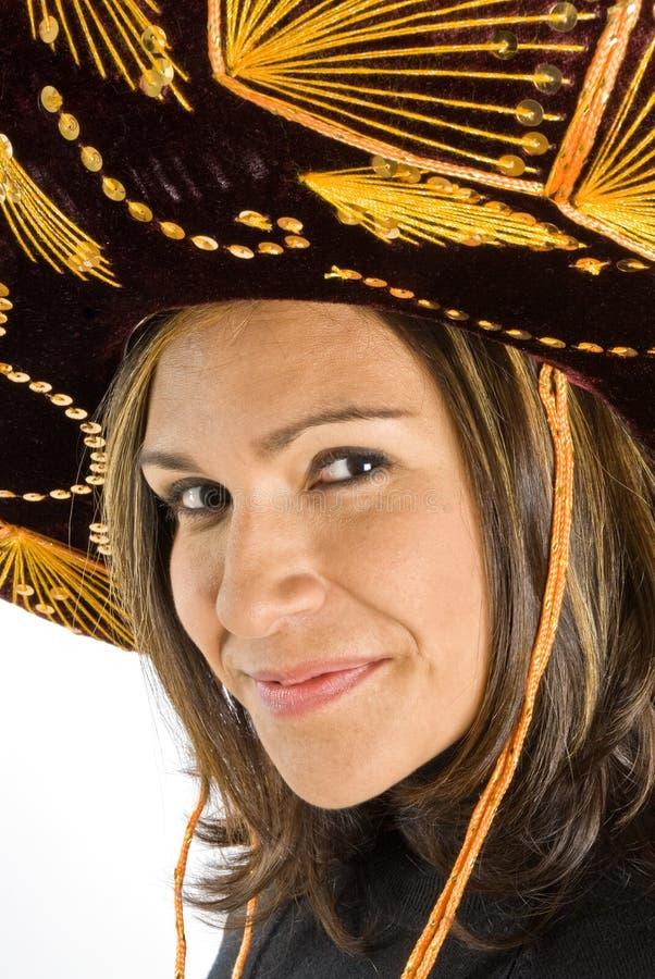Mujer hispánica que desgasta un sombrero foto de archivo