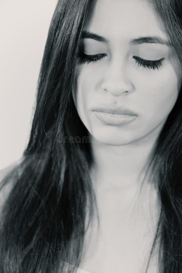Mujer hispánica triste hermosa que mira abajo casi del griterío foto de archivo libre de regalías