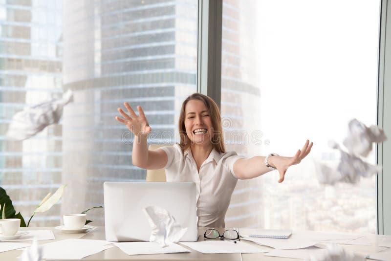 Mujer histérica subrayada que lanza el papel arrugado, rotura nerviosa foto de archivo