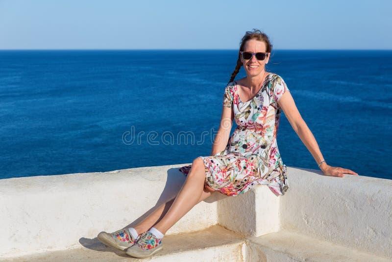 Mujer holandesa como turista con el mar azul fotografía de archivo