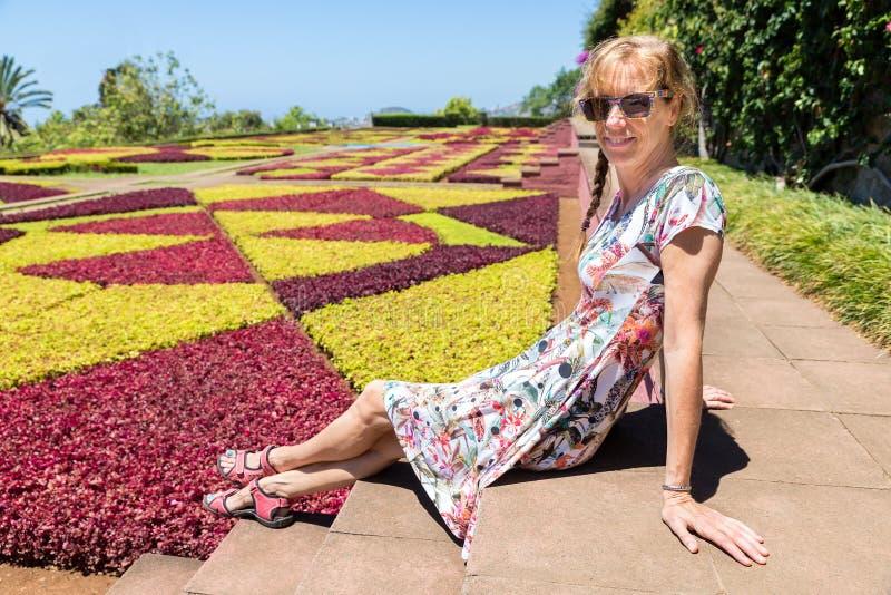 Mujer holandesa como turista en jardín botánico imagenes de archivo