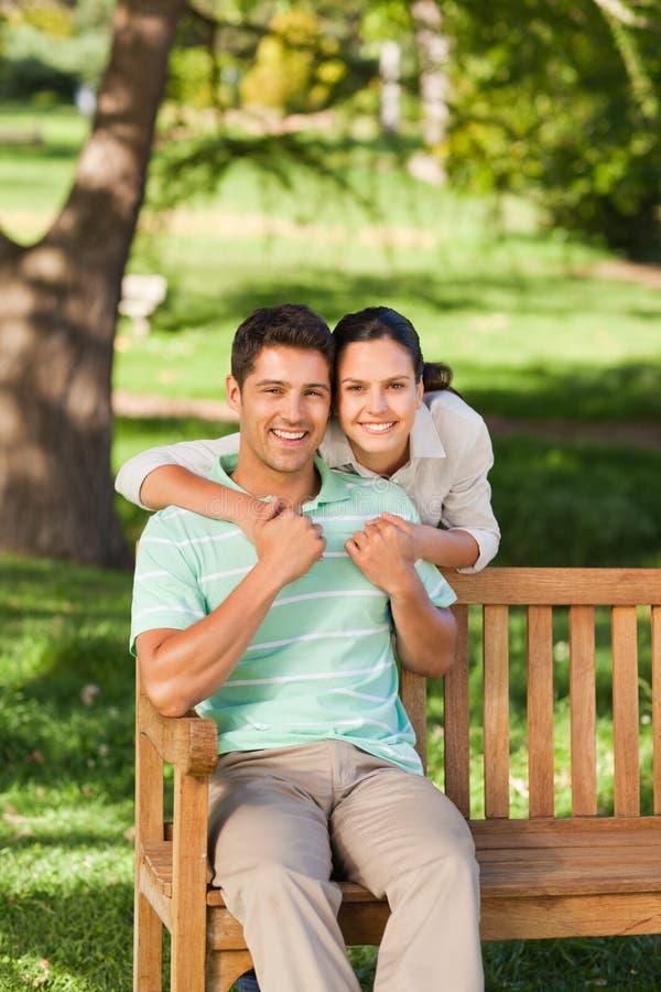 Mujer huging su novio fotografía de archivo