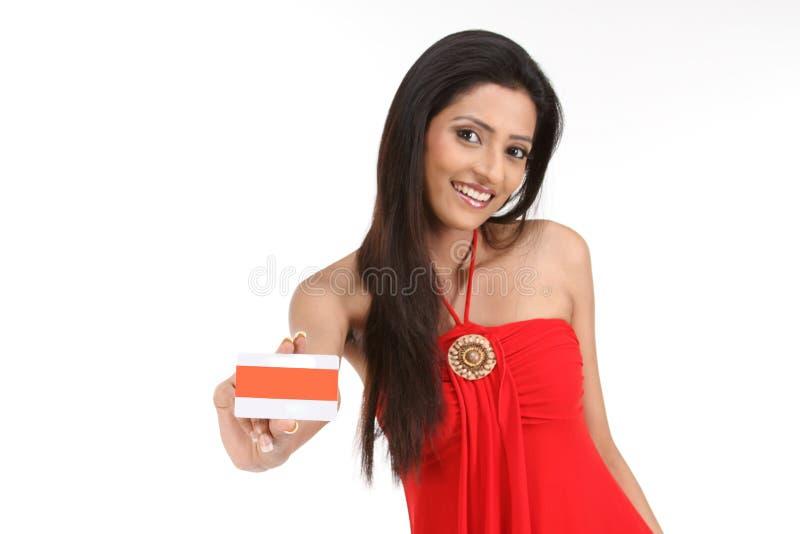 Mujer india con de la tarjeta de crédito fotos de archivo