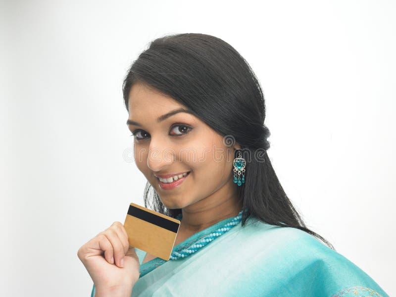 Mujer india con de la tarjeta de crédito fotos de archivo libres de regalías