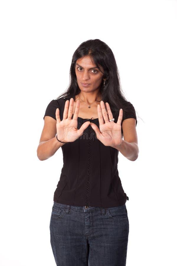 Mujer india con las manos en la posición defensiva imagen de archivo