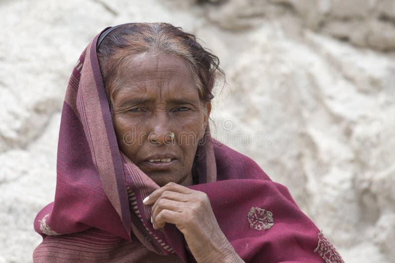 Mujer india del mendigo en la calle en Leh, Ladakh La India fotos de archivo libres de regalías