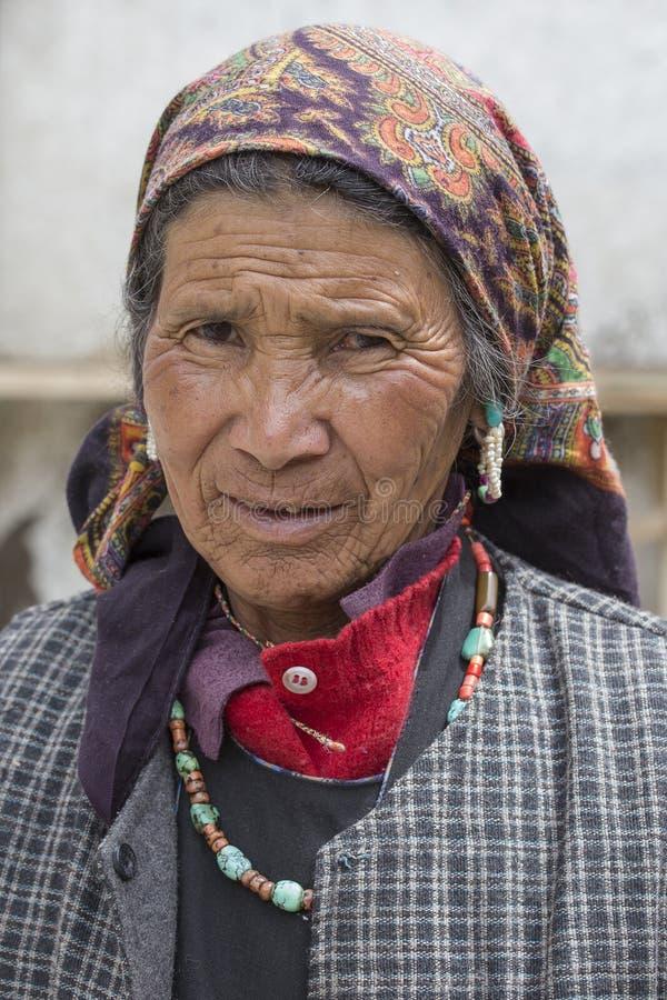 Mujer india del mendigo en la calle en Leh, Ladakh La India imagen de archivo libre de regalías