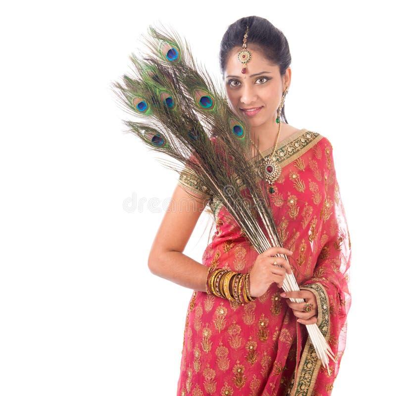 Mujer india hermosa con las plumas del pavo real imagen de archivo libre de regalías