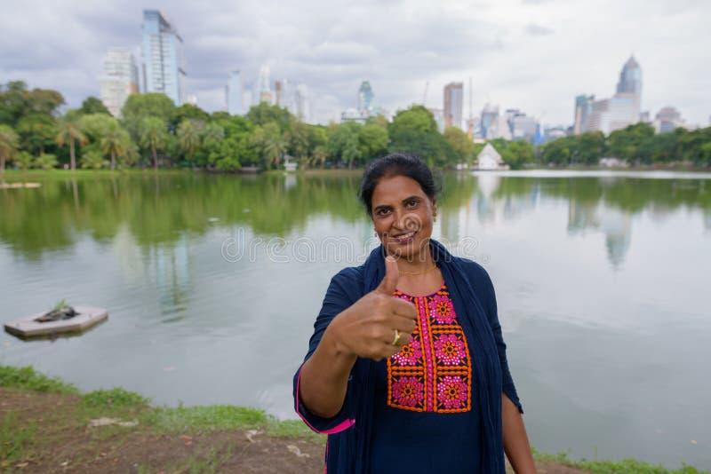 Mujer india hermosa madura que da el pulgar para arriba fotografía de archivo